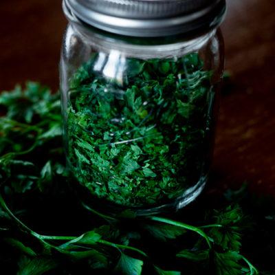 A bundle of healthy fresh parsley and a jar of dried parsley